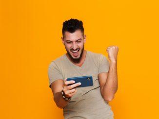 Jeux et confinement lie au coronavirus, les joueurs sur smartphones